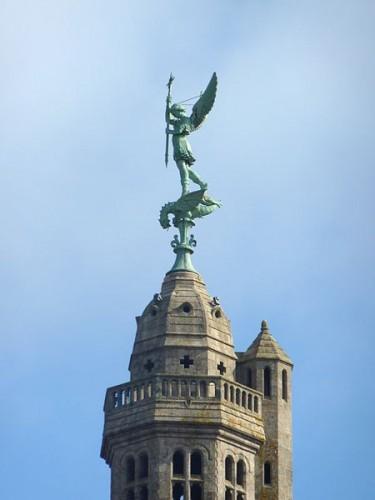 450px-157_Saint-Michel-Mont-Mercure._Le_clocher_et_la_statue_de_l'archange_saint_Michel_terrassant_le_dragon.JPG