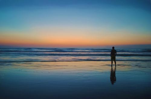 un-homme-regardant-la-mer.jpg