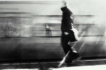 homme-train-quai-noir.jpg